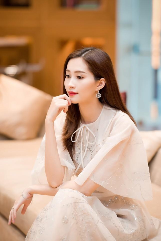 Hoa hậu Thu Thảo, Đỗ Mỹ Linh diện váy cưới trắng muốt ảnh 3