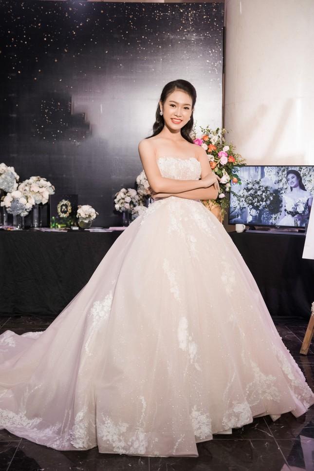 Hoa hậu Thu Thảo, Đỗ Mỹ Linh diện váy cưới trắng muốt ảnh 14