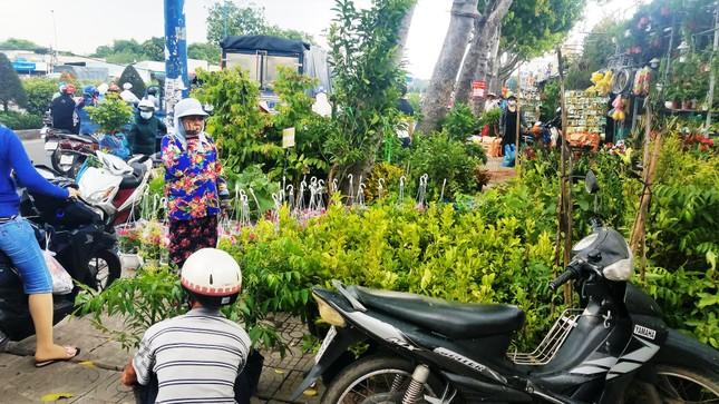 Ki-ốt quanh sân bay Tân Sơn Nhất hối hả xả hàng, trả mặt bằng ảnh 8