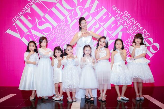 Mẹ con Hồng Quế làm vedette đêm mở màn Tuần lễ thời trang VN 2018 ảnh 1