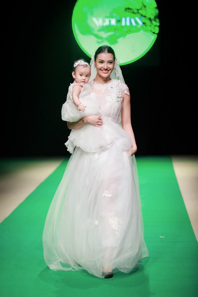 Mẹ con Hồng Quế làm vedette đêm mở màn Tuần lễ thời trang VN 2018 ảnh 5