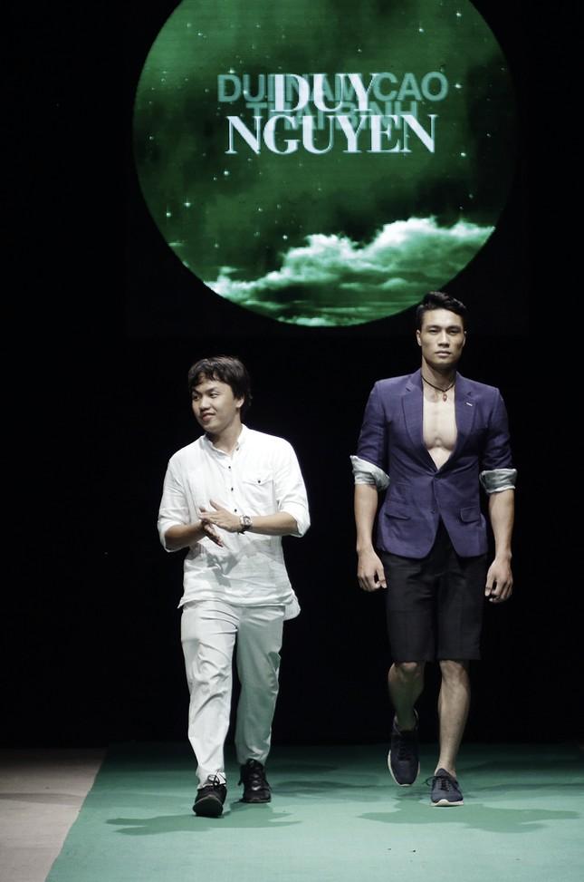 Mẹ con Hồng Quế làm vedette đêm mở màn Tuần lễ thời trang VN 2018 ảnh 8