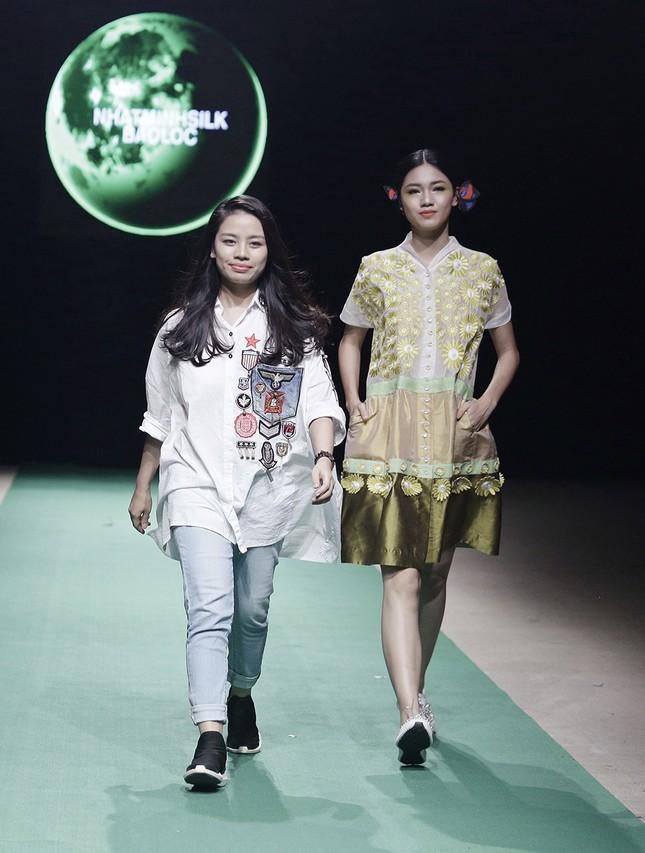 Mẹ con Hồng Quế làm vedette đêm mở màn Tuần lễ thời trang VN 2018 ảnh 10