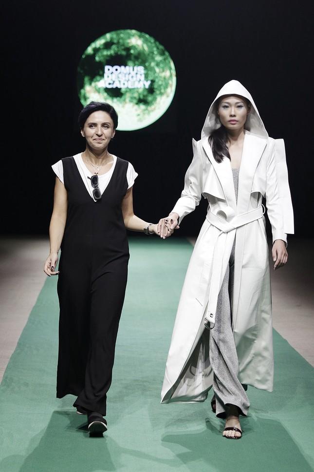 Mẹ con Hồng Quế làm vedette đêm mở màn Tuần lễ thời trang VN 2018 ảnh 7
