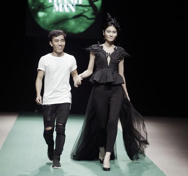 Mẹ con Hồng Quế làm vedette đêm mở màn Tuần lễ thời trang VN 2018 ảnh 11