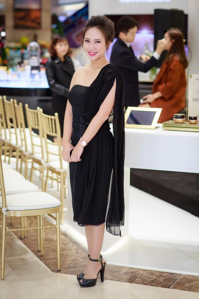 Khánh Linh, Jennifer Phạm váy áo mỏng manh giữa trời giá rét thủ đô ảnh 1