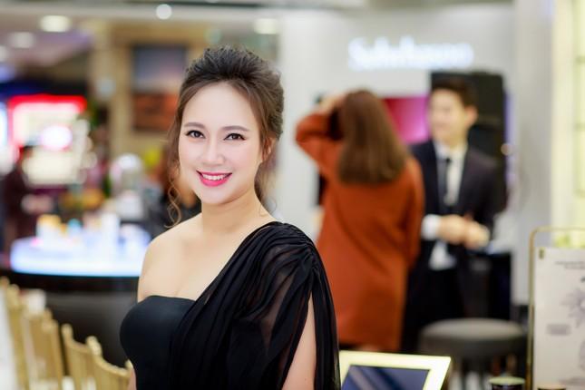 Khánh Linh, Jennifer Phạm váy áo mỏng manh giữa trời giá rét thủ đô ảnh 2