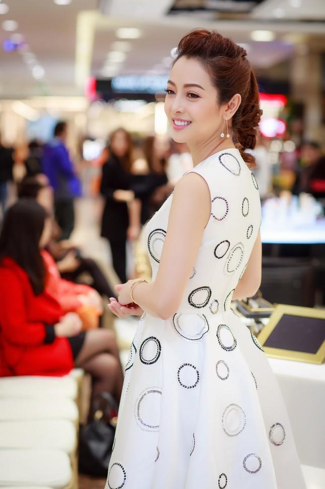 Khánh Linh, Jennifer Phạm váy áo mỏng manh giữa trời giá rét thủ đô ảnh 4
