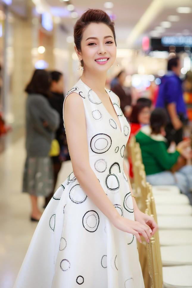 Khánh Linh, Jennifer Phạm váy áo mỏng manh giữa trời giá rét thủ đô ảnh 3