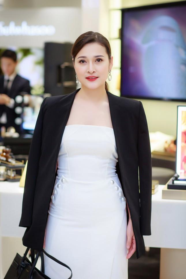 Khánh Linh, Jennifer Phạm váy áo mỏng manh giữa trời giá rét thủ đô ảnh 10