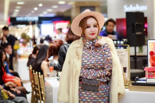 Khánh Linh, Jennifer Phạm váy áo mỏng manh giữa trời giá rét thủ đô ảnh 11