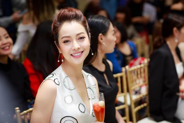 Khánh Linh, Jennifer Phạm váy áo mỏng manh giữa trời giá rét thủ đô ảnh 5