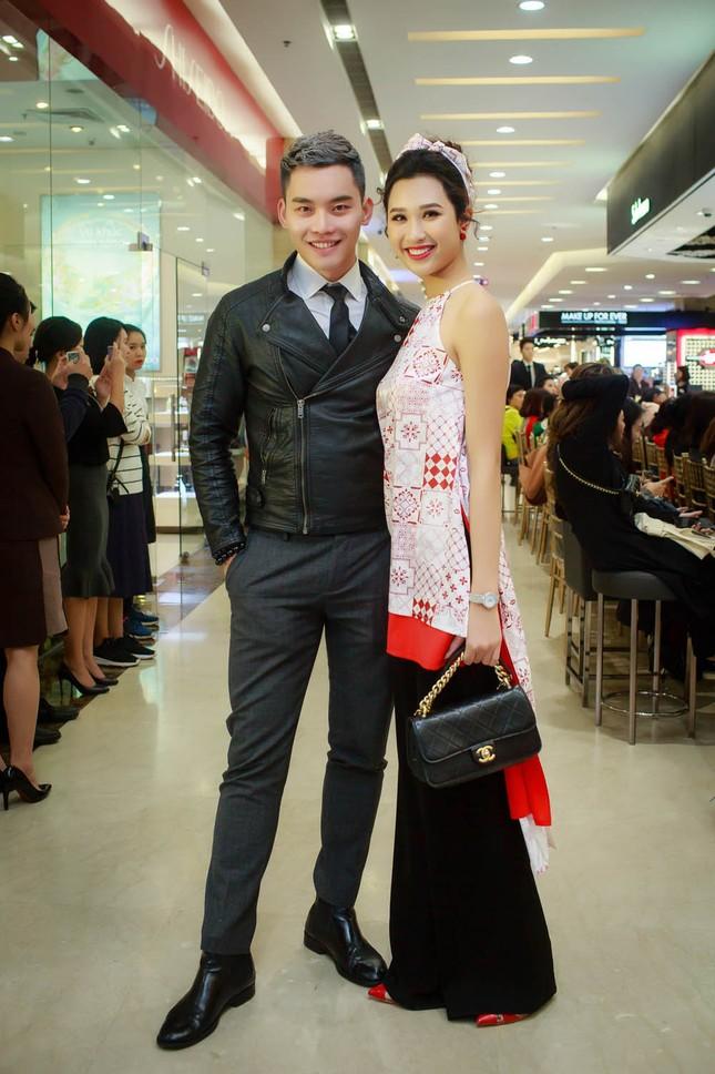 Khánh Linh, Jennifer Phạm váy áo mỏng manh giữa trời giá rét thủ đô ảnh 7
