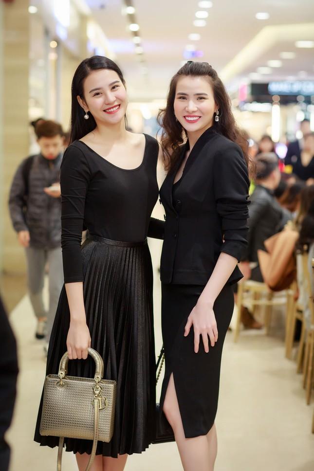 Khánh Linh, Jennifer Phạm váy áo mỏng manh giữa trời giá rét thủ đô ảnh 8