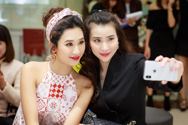 Khánh Linh, Jennifer Phạm váy áo mỏng manh giữa trời giá rét thủ đô ảnh 9
