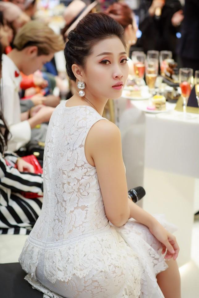 Khánh Linh, Jennifer Phạm váy áo mỏng manh giữa trời giá rét thủ đô ảnh 6