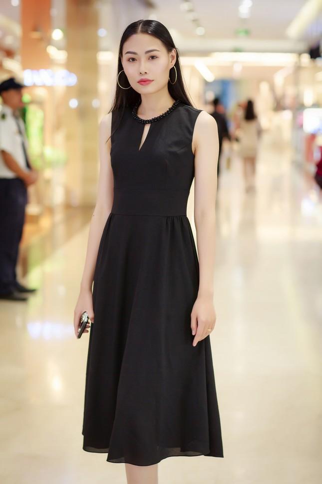 Khánh Linh, Jennifer Phạm váy áo mỏng manh giữa trời giá rét thủ đô ảnh 12