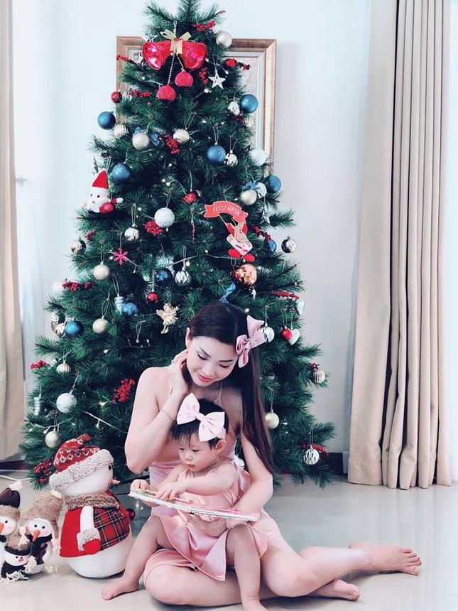 Sao Việt náo nức trang hoàng nhà cửa lộng lẫy đón Giáng Sinh ảnh 1