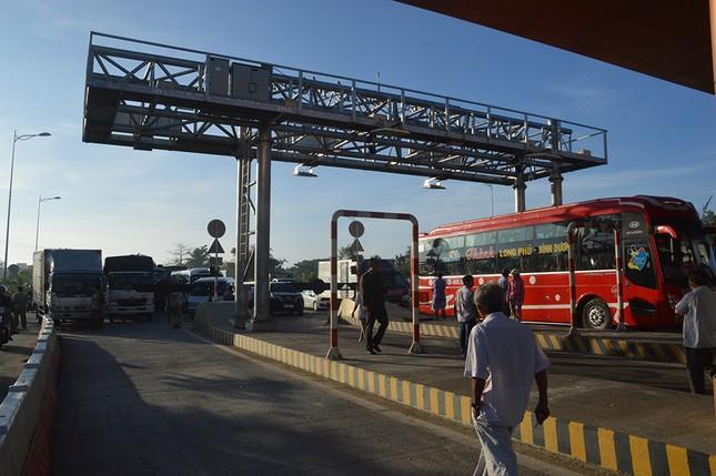 Ô tô chặn trạm BOT Sóc Trăng, giao thông tê liệt từ sáng sớm ảnh 1
