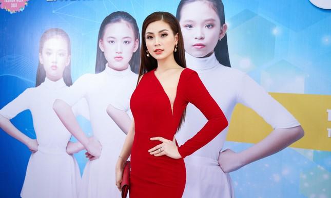 Á hậu Diễm Trang diện váy đỏ rực xẻ sâu đầy cuốn hút tại sự kiện ảnh 2