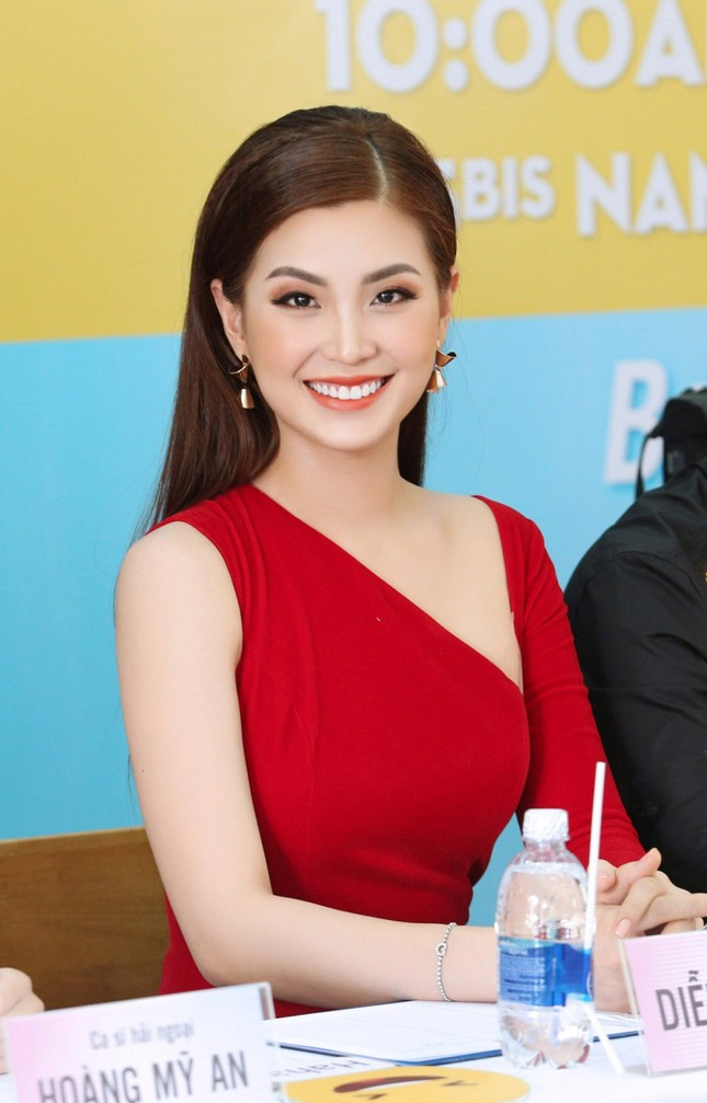 Á hậu Diễm Trang diện váy đỏ rực xẻ sâu đầy cuốn hút tại sự kiện ảnh 4