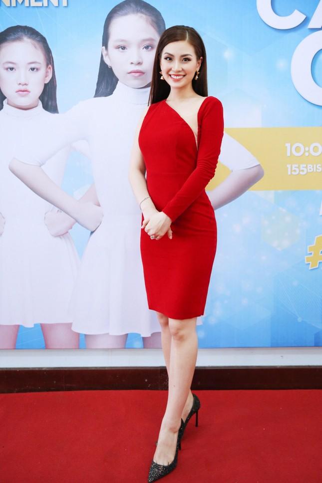 Á hậu Diễm Trang diện váy đỏ rực xẻ sâu đầy cuốn hút tại sự kiện ảnh 1