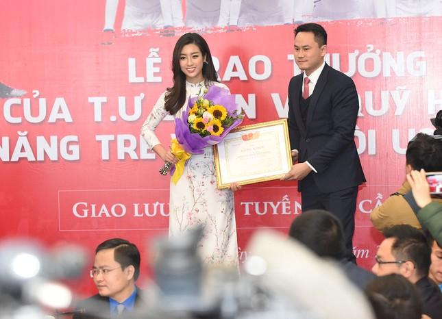 Hoa hậu Mỹ Linh, Ngọc Vân mặc áo dài đón U23 Việt Nam ảnh 9