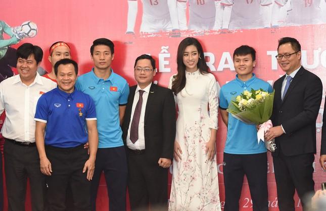 Hoa hậu Mỹ Linh, Ngọc Vân mặc áo dài đón U23 Việt Nam ảnh 8