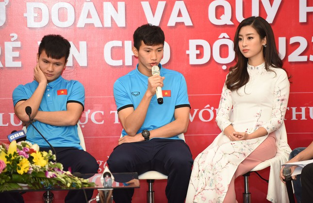 Hoa hậu Mỹ Linh, Ngọc Vân mặc áo dài đón U23 Việt Nam ảnh 7