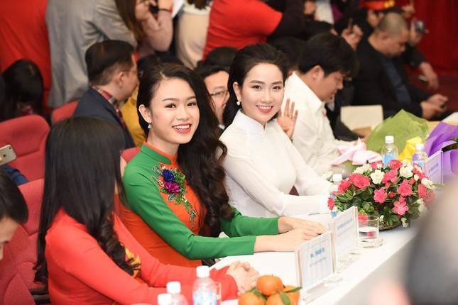 Hoa hậu Mỹ Linh, Ngọc Vân mặc áo dài đón U23 Việt Nam ảnh 5