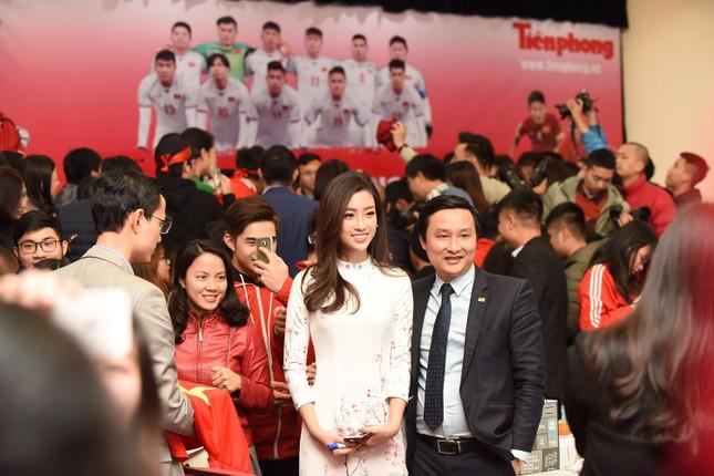 Hoa hậu Mỹ Linh, Ngọc Vân mặc áo dài đón U23 Việt Nam ảnh 10