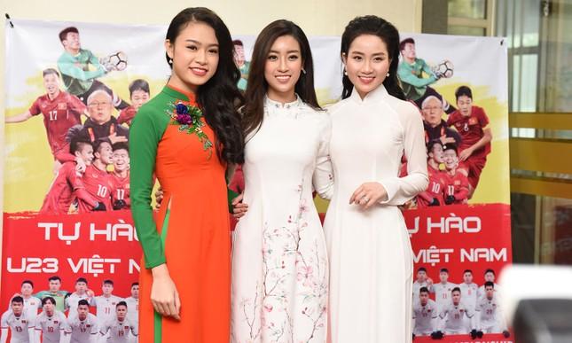 Hoa hậu Mỹ Linh, Ngọc Vân mặc áo dài đón U23 Việt Nam ảnh 2