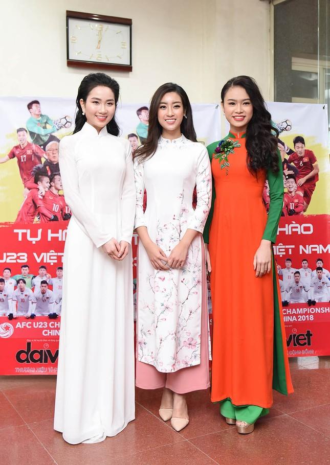 Hoa hậu Mỹ Linh, Ngọc Vân mặc áo dài đón U23 Việt Nam ảnh 1