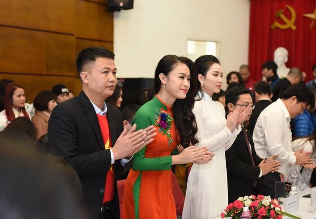 Hoa hậu Mỹ Linh, Ngọc Vân mặc áo dài đón U23 Việt Nam ảnh 6