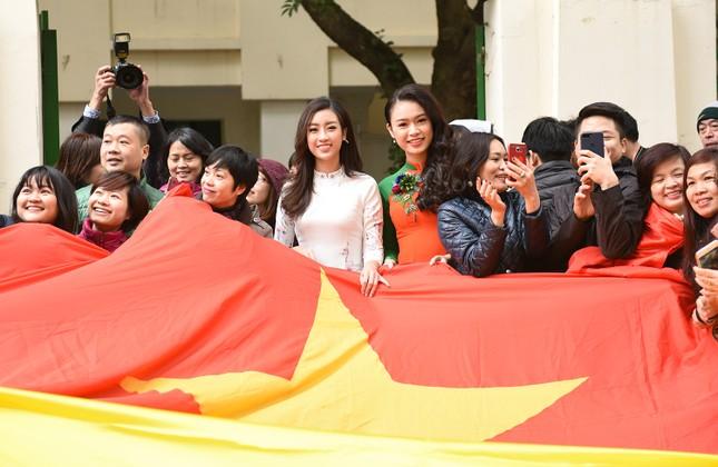 Hoa hậu Mỹ Linh, Ngọc Vân mặc áo dài đón U23 Việt Nam ảnh 3