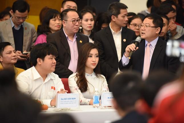Hoa hậu Mỹ Linh, Ngọc Vân mặc áo dài đón U23 Việt Nam ảnh 4