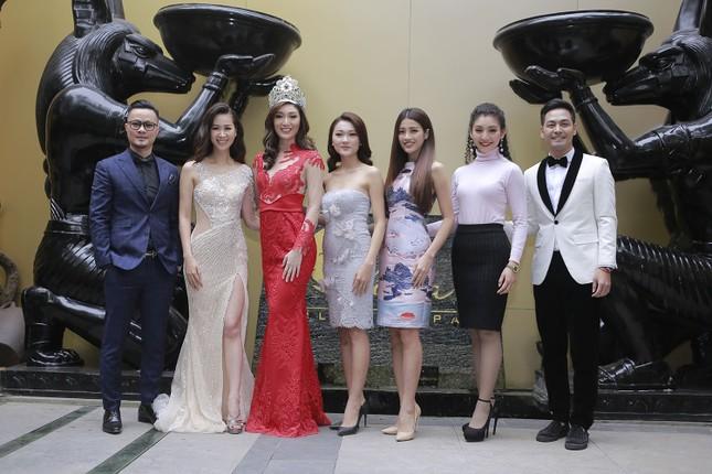 Hoa hậu Ngọc Hân, MC Phan Anh mặc áo dài đón Hoa hậu Trái đất 2017 ảnh 12