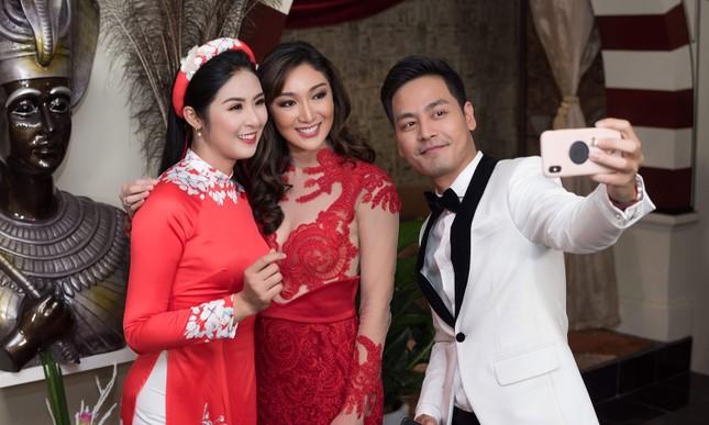 Hoa hậu Ngọc Hân, MC Phan Anh mặc áo dài đón Hoa hậu Trái đất 2017 ảnh 6