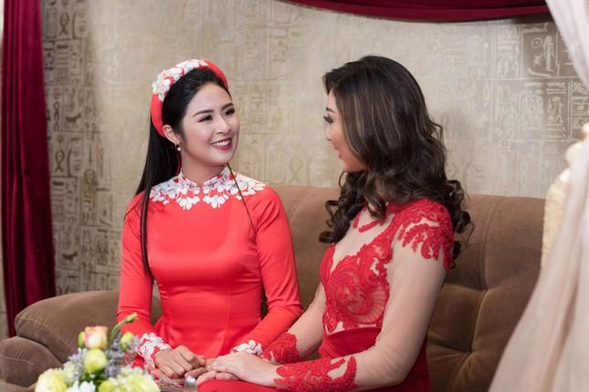Hoa hậu Ngọc Hân, MC Phan Anh mặc áo dài đón Hoa hậu Trái đất 2017 ảnh 4