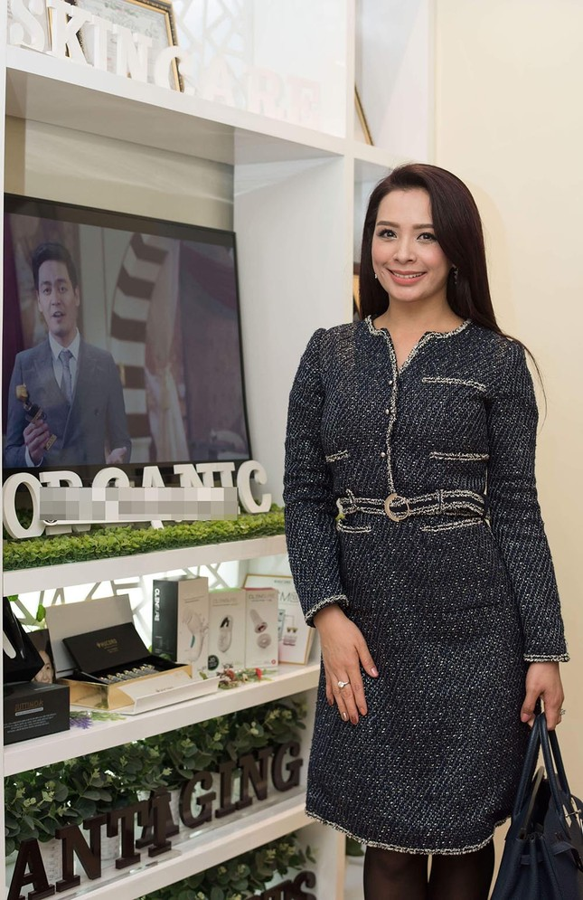 Hoa hậu Ngọc Hân, MC Phan Anh mặc áo dài đón Hoa hậu Trái đất 2017 ảnh 8