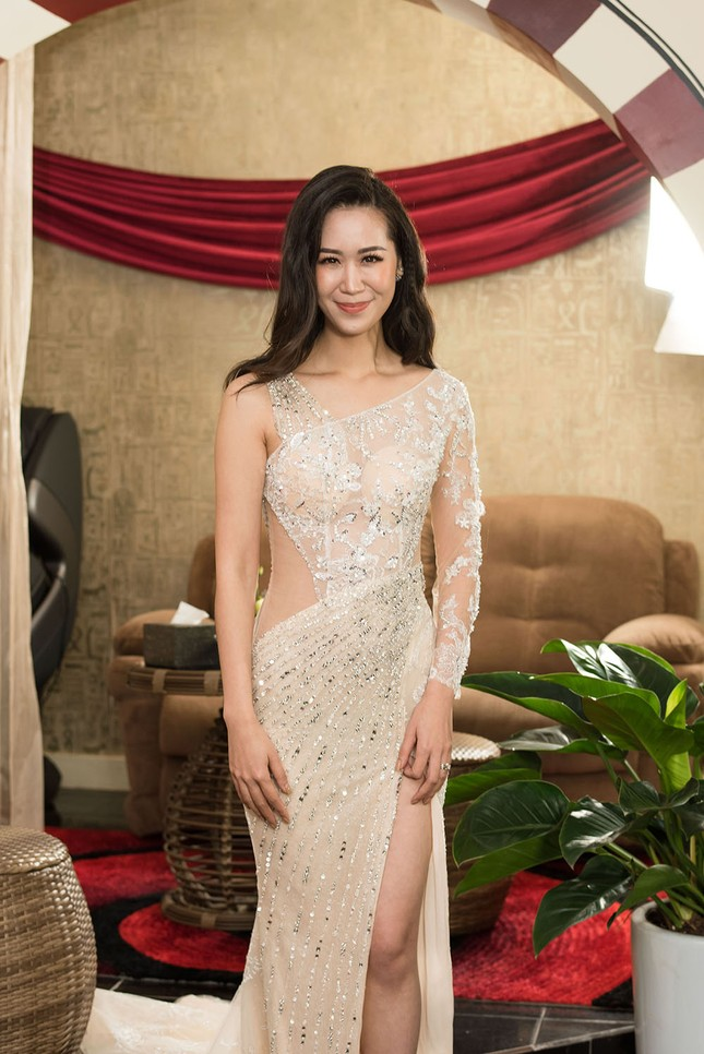 Hoa hậu Ngọc Hân, MC Phan Anh mặc áo dài đón Hoa hậu Trái đất 2017 ảnh 7