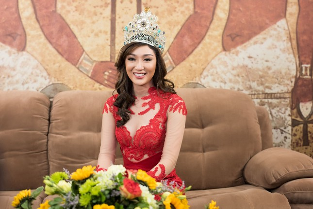 Hoa hậu Ngọc Hân, MC Phan Anh mặc áo dài đón Hoa hậu Trái đất 2017 ảnh 3