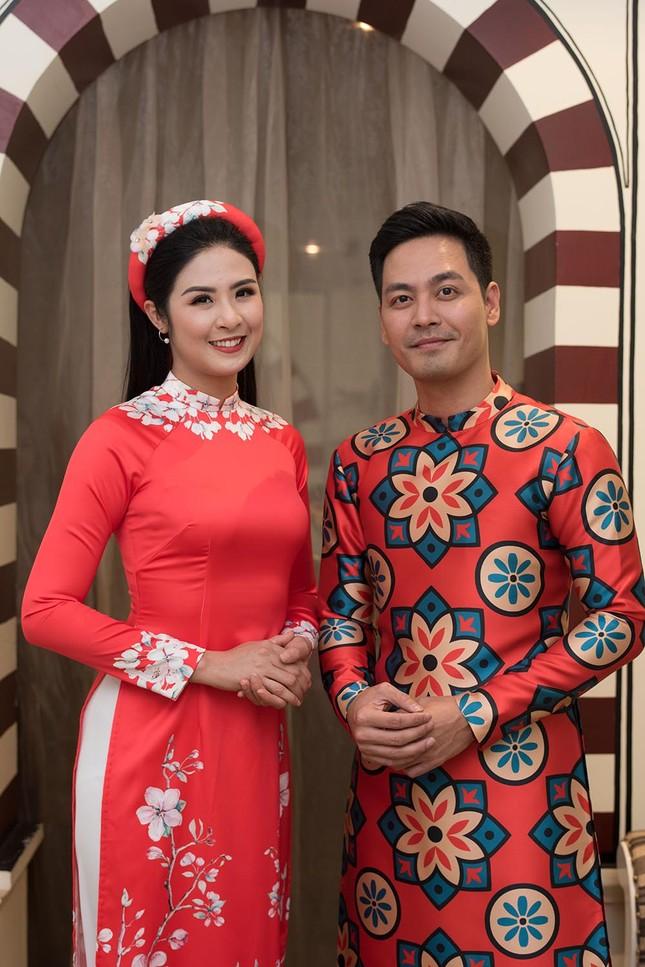 Hoa hậu Ngọc Hân, MC Phan Anh mặc áo dài đón Hoa hậu Trái đất 2017 ảnh 1