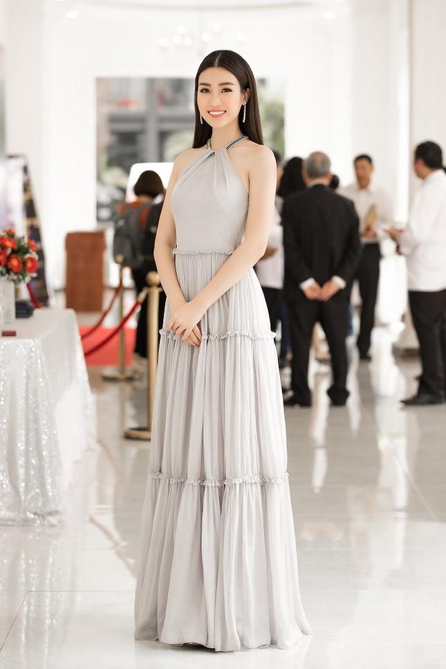 Hoa hậu Mỹ Linh diện váy yếm khoe vóc dáng nuột nà ảnh 1
