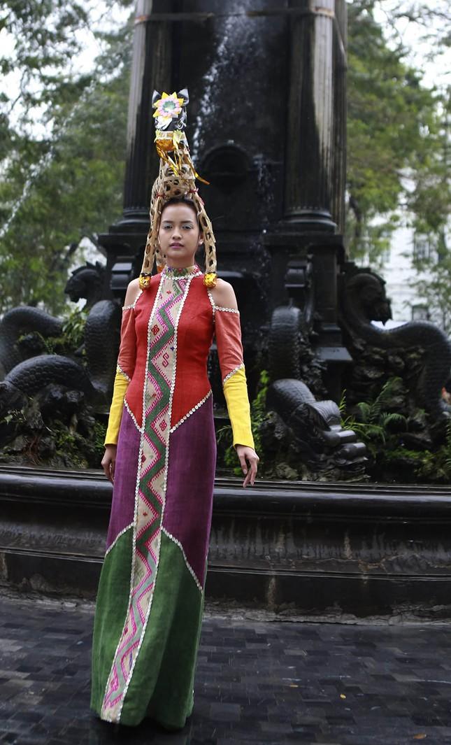 'Người đẹp scandal' Hồng Quế đẹp mặn mà, tái xuất sàn diễn ảnh 8