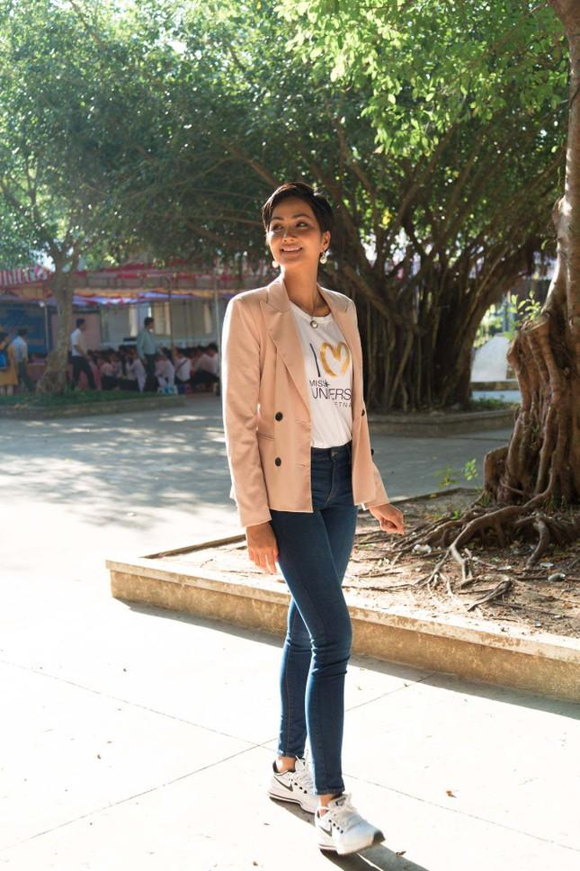 Hoa hậu H'Hen Niê chia sẻ với các nữ sinh về việc bị bắt kết hôn sớm ảnh 2