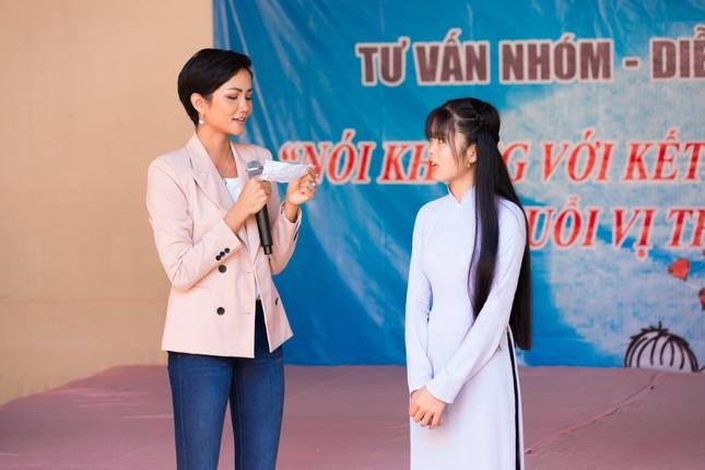 Hoa hậu H'Hen Niê chia sẻ với các nữ sinh về việc bị bắt kết hôn sớm ảnh 5