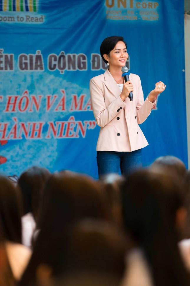 Hoa hậu H'Hen Niê chia sẻ với các nữ sinh về việc bị bắt kết hôn sớm ảnh 6