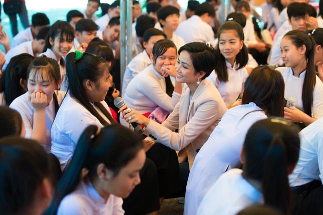 Hoa hậu H'Hen Niê chia sẻ với các nữ sinh về việc bị bắt kết hôn sớm ảnh 8