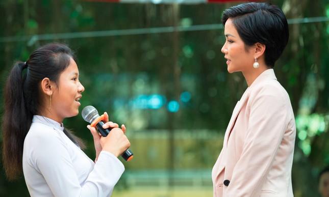 Hoa hậu H'Hen Niê chia sẻ với các nữ sinh về việc bị bắt kết hôn sớm ảnh 7